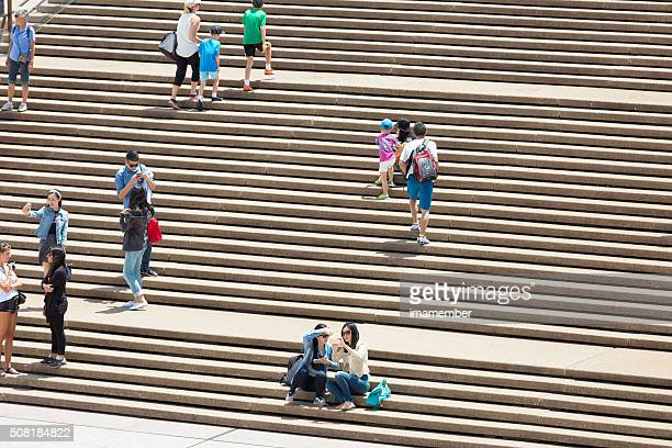 Gruppe von Touristen und Touristen zu Fuß auf einer Treppe, Textfreiraum