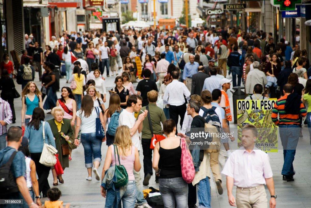 Crowd on Calle de Preciados, Madrid, Comunidad de Madrid, Spain, Europe : Stockfoto