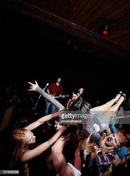 Être porté par la foule lors d'un Concert de Rock