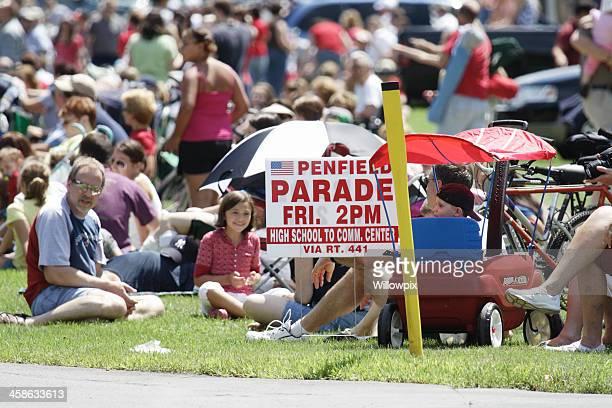 Menschen warten eine Parade am 4. Juli
