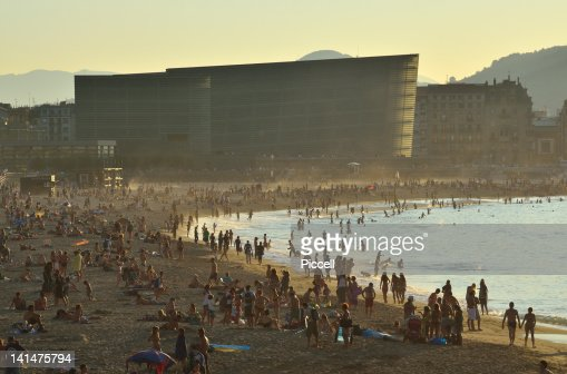 Crowded city beach in a well-known Spanish resort : Foto de stock