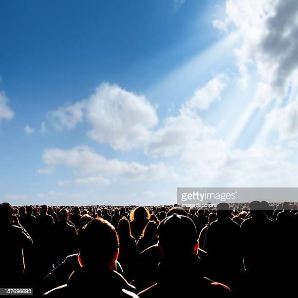 Atestado personas sobre el soleado cielo