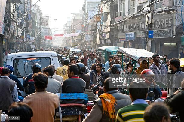 混雑する街にあるチャンドニー・チョーク、ニューデリー(インド)