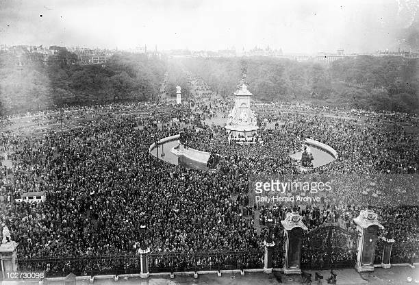 Crowds celebrating V E Day Buckingham Palace 8 May 1945 Thousands of Londoners outside Buckingham Palace celebrate Victory in Europe at the end of...