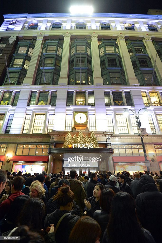Crowds gather outside Macy's department store November 22, 2012 in New York in advance of the midnight November 23 opening to start the stores' 'Black Friday' shopping weekend. AFP PHOTO/Stan HONDA