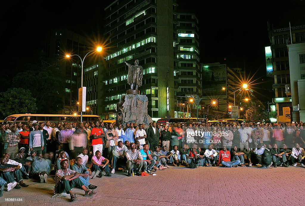 Crowds gather to watch the second and last televised debate for the 2013 Kenya elections on a large screen in central Nairobi on February 25, 2013. Kenyans will vote for a new leader on March 4, 2013. AFP PHOTO/Carl de Souza