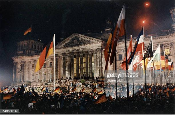 Crowds in front of the 'Reichstag' parliament building on the occasion of the ceremony of the German reunification on the 3rd of October 1990