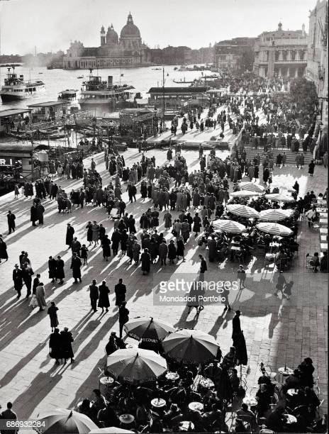 Crowds in the streets of Venice This picture is taken from the monography 'Mario De Biasi Il mio sogno Š qui' curated by Enrica Vigan• published in...