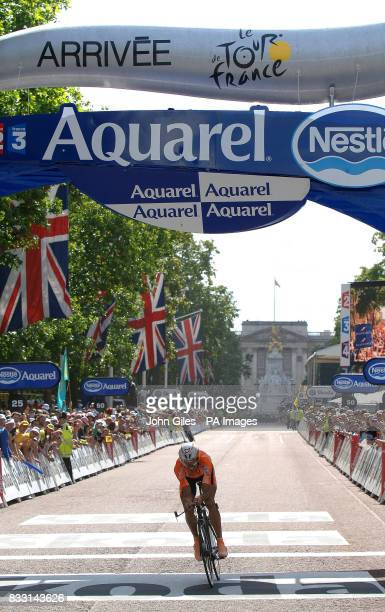 Crowds line The Mall with Buckingham Palace behind as riders compete during the Tour de France Individual TimeTrail in London