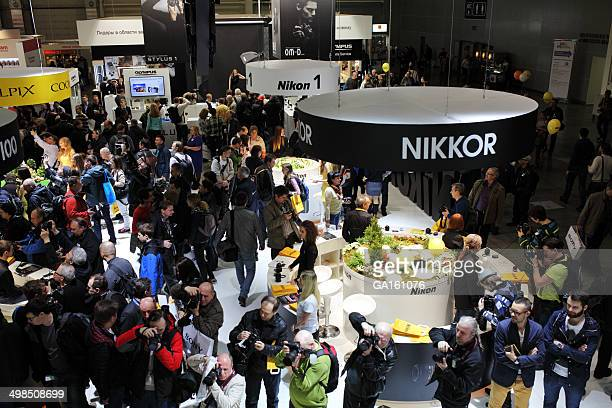 Multitud de personas en la Nikon soporte