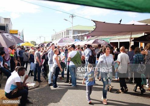 群衆の郊外の通りの散策で、ケープタウンのカーニバル