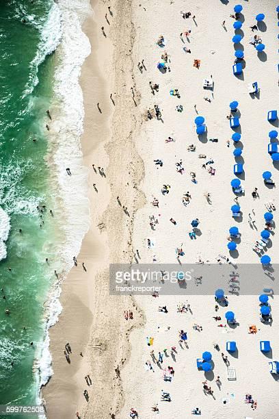 Multidões banhos de sol na praia em miami