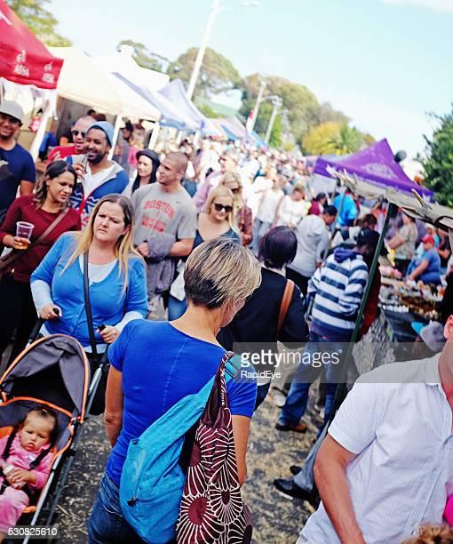 Foule foule rue de banlieue de carnaval de Cap Ville
