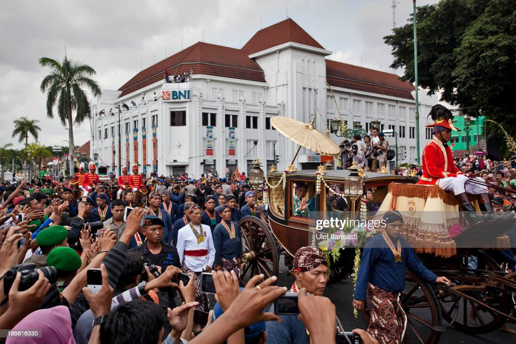 Crowds wave to Sultan Hamengkubuwono X while on his journey by carriage during the wedding ceremony parade as part of the Royal Wedding Held For Sultan Hamengkubuwono X's Daughter Gusti Ratu Kanjeng Hayu And KPH Notonegoro on October 23, 2013 in Yogyakarta, Indonesia. Wedding celebrations will take place between October 21st and 23rd. The wedding parade will include 12 royal horse drawn carriages and will be streamed live on the internet so that it can be watched by people all over the world.