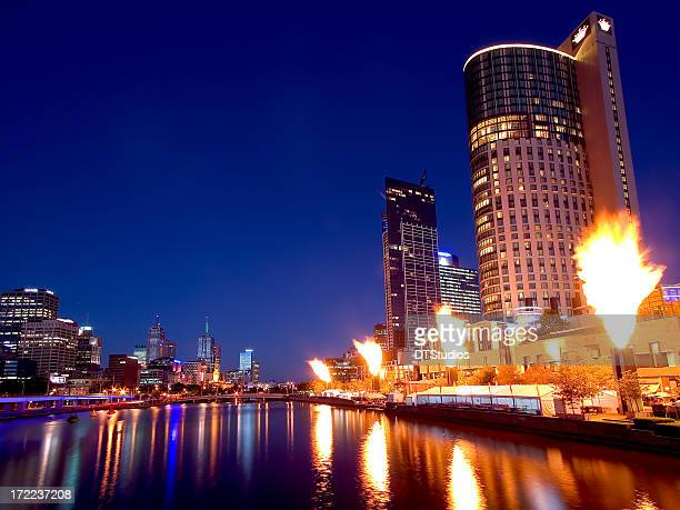 Crown Casino fireshow mit skyline von Melbourne