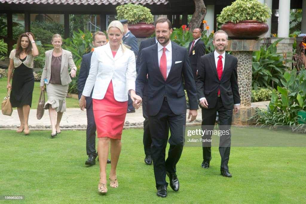 <a gi-track='captionPersonalityLinkClicked' href=/galleries/search?phrase=Crown+Prince+Haakon+of+Norway&family=editorial&specificpeople=158362 ng-click='$event.stopPropagation()'>Crown Prince Haakon of Norway</a> and <a gi-track='captionPersonalityLinkClicked' href=/galleries/search?phrase=Crown+Princess+Mette-Marit&family=editorial&specificpeople=171288 ng-click='$event.stopPropagation()'>Crown Princess Mette-Marit</a> of Norway take part in a Press meeting at The Shangri-La Hotel,in Jarkarta during an official 3-day visit to Indonesia, on November 26, 2012 in Jakarta, Indonesia. The visit intends to strengthen and develop the existing relationship between the countries, especially in relation to the energy, maritime, trade and investment sectors.