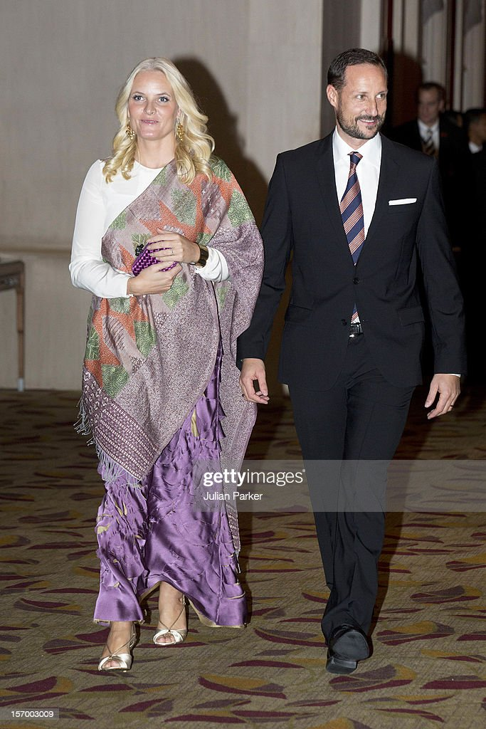<a gi-track='captionPersonalityLinkClicked' href=/galleries/search?phrase=Crown+Prince+Haakon+of+Norway&family=editorial&specificpeople=158362 ng-click='$event.stopPropagation()'>Crown Prince Haakon of Norway</a> and <a gi-track='captionPersonalityLinkClicked' href=/galleries/search?phrase=Crown+Princess+Mette-Marit&family=editorial&specificpeople=171288 ng-click='$event.stopPropagation()'>Crown Princess Mette-Marit</a> of Norway leave the Shangri-La Hotel in Jakarta for a dinner arrangement, during an official 3-day visit to Indonesia, on November 26, 2012 in Jakarta, Indonesia. The visit intends to strengthen and develop the existing relationship between the countries, especially in relation to the energy, maritime, trade and investment sectors.