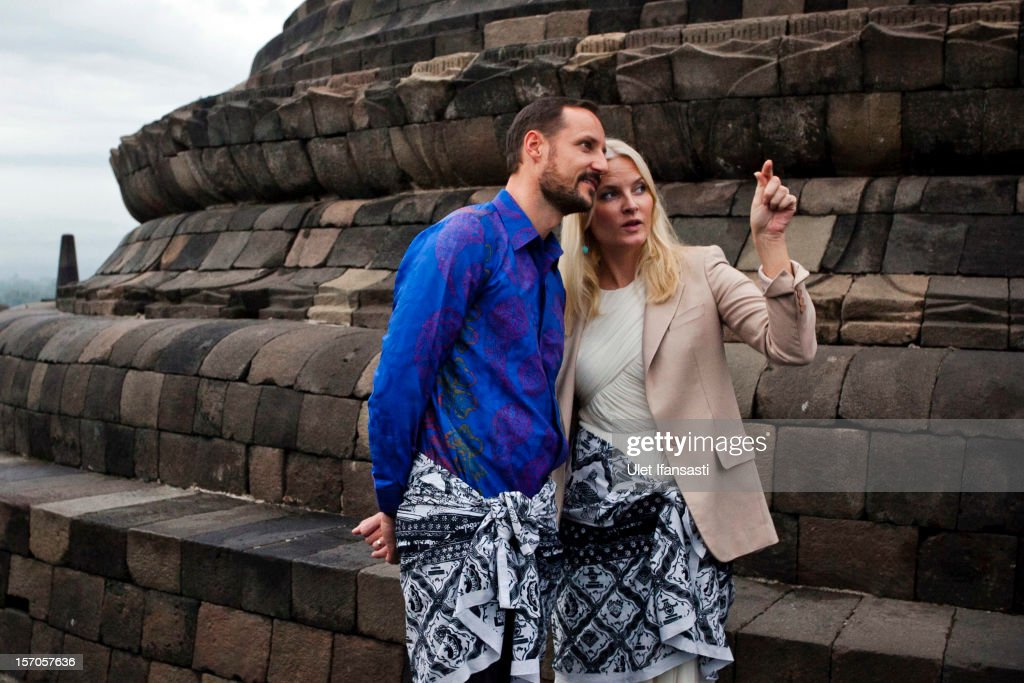 <a gi-track='captionPersonalityLinkClicked' href=/galleries/search?phrase=Crown+Prince+Haakon+of+Norway&family=editorial&specificpeople=158362 ng-click='$event.stopPropagation()'>Crown Prince Haakon of Norway</a> and <a gi-track='captionPersonalityLinkClicked' href=/galleries/search?phrase=Crown+Princess+Mette-Marit&family=editorial&specificpeople=171288 ng-click='$event.stopPropagation()'>Crown Princess Mette-Marit</a> of Norway visit Borobudur temple on November 28, 2012 in Magelang Regency, Central Java, Indonesia. The four-day visit is intended to strengthen the relationship between the two countries, specifically in the areas of business and environment.