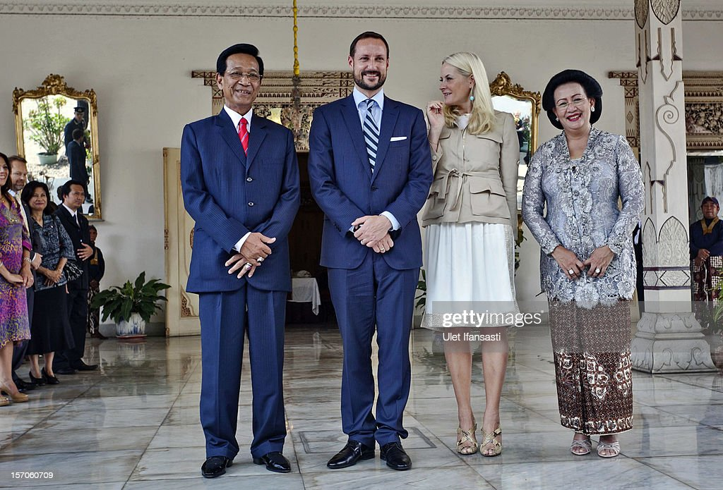 <a gi-track='captionPersonalityLinkClicked' href=/galleries/search?phrase=Crown+Prince+Haakon+of+Norway&family=editorial&specificpeople=158362 ng-click='$event.stopPropagation()'>Crown Prince Haakon of Norway</a> and <a gi-track='captionPersonalityLinkClicked' href=/galleries/search?phrase=Crown+Princess+Mette-Marit&family=editorial&specificpeople=171288 ng-click='$event.stopPropagation()'>Crown Princess Mette-Marit</a> of Norway (C), Sri Sultan Hamengkubuwono X (L) and his wife Gusti Kangjeng Ratu Hemas (R) pose for a photo during their visit at Yogyakarta Kraton Palace on November 28, 2012 in Yogyakarta, Indonesia. The four-day visit is intended to strengthen the relationship between the two countries, specifically in the areas of business and environment.