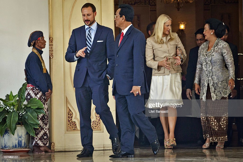 <a gi-track='captionPersonalityLinkClicked' href=/galleries/search?phrase=Crown+Prince+Haakon+of+Norway&family=editorial&specificpeople=158362 ng-click='$event.stopPropagation()'>Crown Prince Haakon of Norway</a> and <a gi-track='captionPersonalityLinkClicked' href=/galleries/search?phrase=Crown+Princess+Mette-Marit&family=editorial&specificpeople=171288 ng-click='$event.stopPropagation()'>Crown Princess Mette-Marit</a> of Norway meet with Sri Sultan Hamengkubuwono X (C) and his wife Gusti Kangjeng Ratu Hemas (R) during their visit at Yogyakarta Kraton Palace on November 28, 2012 in Yogyakarta, Indonesia. The four-day visit is intended to strengthen the relationship between the two countries, specifically in the areas of business and environment.