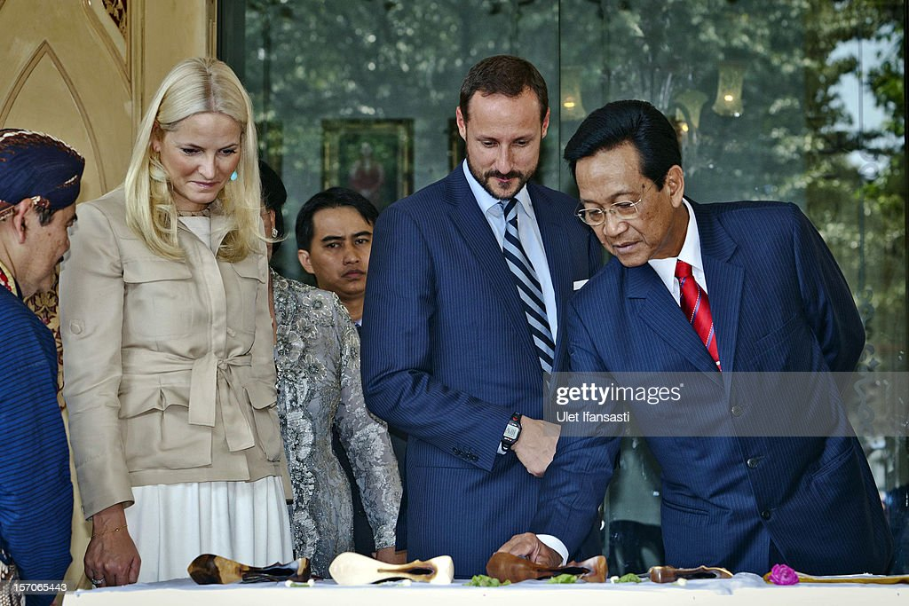 <a gi-track='captionPersonalityLinkClicked' href=/galleries/search?phrase=Crown+Prince+Haakon+of+Norway&family=editorial&specificpeople=158362 ng-click='$event.stopPropagation()'>Crown Prince Haakon of Norway</a> (C) and <a gi-track='captionPersonalityLinkClicked' href=/galleries/search?phrase=Crown+Princess+Mette-Marit&family=editorial&specificpeople=171288 ng-click='$event.stopPropagation()'>Crown Princess Mette-Marit</a> of Norway listen to Sri Sultan Hamengkubuwono X (R) during their visit at Yogyakarta Kraton Palace on November 28, 2012 in Yogyakarta, Indonesia. The four-day visit is intended to strengthen the relationship between the two countries, specifically in the areas of business and environment.