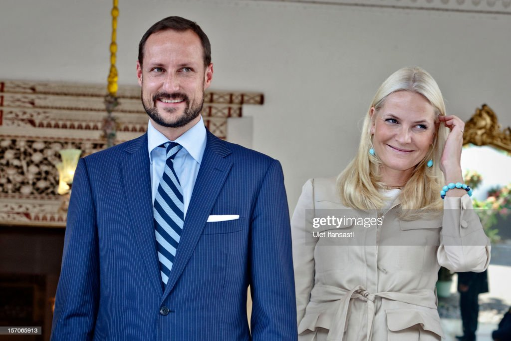 Crown Prince Haakon of Norway and Crown Princess Mette-Marit of Norway, smile as they meet with Sri Sultan Hamengkubuwono X and his wife Gusti Kangjeng Ratu Hemas during a visit at Yogyakarta Kraton Palace on November 28, 2012 in Yogyakarta, Indonesia. The four-day visit is intended to strengthen the relationship between the two countries, specifically in the areas of business and environment.