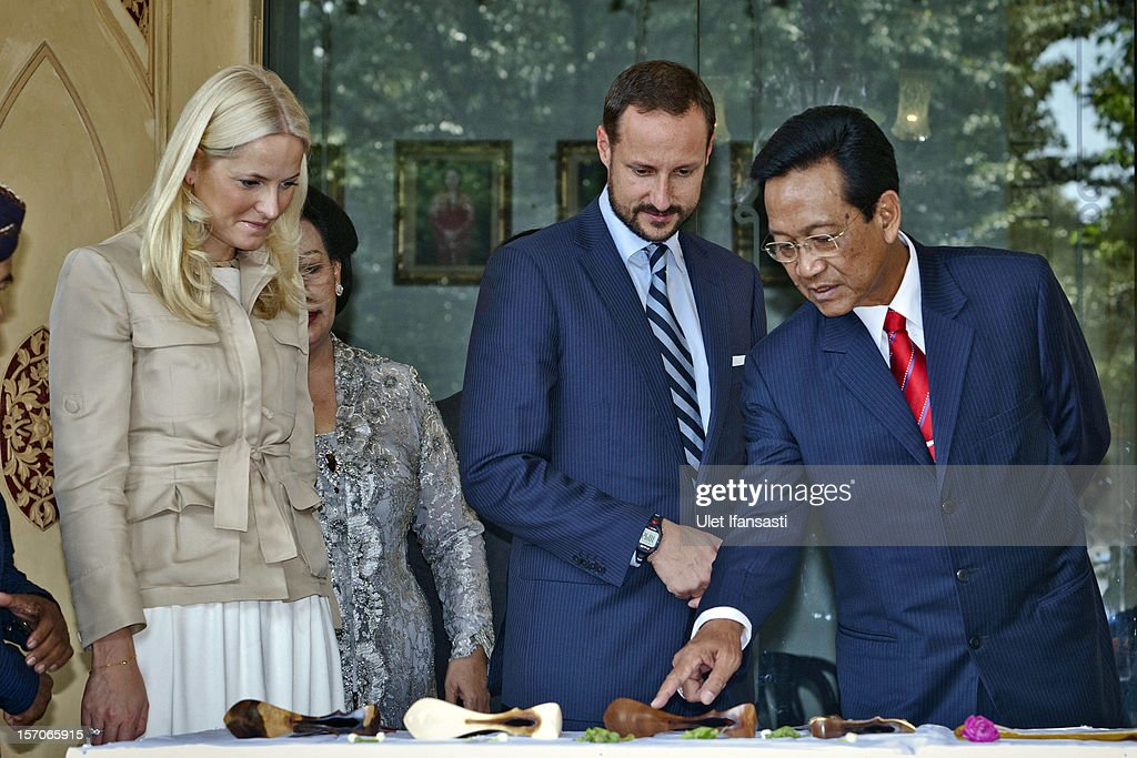 <a gi-track='captionPersonalityLinkClicked' href=/galleries/search?phrase=Crown+Prince+Haakon+of+Norway&family=editorial&specificpeople=158362 ng-click='$event.stopPropagation()'>Crown Prince Haakon of Norway</a> and <a gi-track='captionPersonalityLinkClicked' href=/galleries/search?phrase=Crown+Princess+Mette-Marit&family=editorial&specificpeople=171288 ng-click='$event.stopPropagation()'>Crown Princess Mette-Marit</a> of Norway listen to Sri Sultan Hamengkubuwono X as he talks about the traditional Javanese puppet or Wayang at Yogyakarta Kraton Palace on November 28, 2012 in Yogyakarta, Indonesia. The four-day visit of the Royal Norwegian couple is intended to strengthen the relationship between the two countries, specifically in the areas of business and environment.