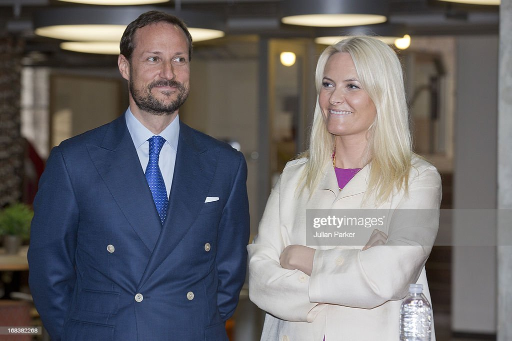 <a gi-track='captionPersonalityLinkClicked' href=/galleries/search?phrase=Crown+Prince+Haakon+of+Norway&family=editorial&specificpeople=158362 ng-click='$event.stopPropagation()'>Crown Prince Haakon of Norway</a> and <a gi-track='captionPersonalityLinkClicked' href=/galleries/search?phrase=Crown+Princess+Mette-Marit&family=editorial&specificpeople=171288 ng-click='$event.stopPropagation()'>Crown Princess Mette-Marit</a> of Norway visit Stanford University, greeted by the University's President John Hennessy, during day four of their week long visit to the USA, on May 8, 2013 in Stanford, United States. The visit by TRH aims to promote Norwegian innovation and to celebrate 40 years of Norwegian participation at the annual Offshore Technology Conference.