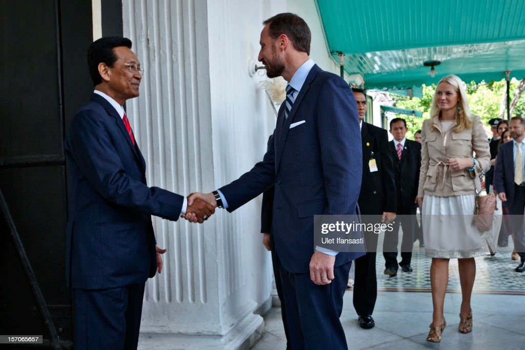 <a gi-track='captionPersonalityLinkClicked' href=/galleries/search?phrase=Crown+Prince+Haakon+of+Norway&family=editorial&specificpeople=158362 ng-click='$event.stopPropagation()'>Crown Prince Haakon of Norway</a> (C) is welcomed by Sri Sultan Hamengkubuwono X at Yogyakarta Kraton Palace on November 28, 2012 in Yogyakarta, Indonesia. The four-day visit of the Royal Norwegian couple is intended to strengthen the relationship between the two countries, specifically in the areas of business and environment.