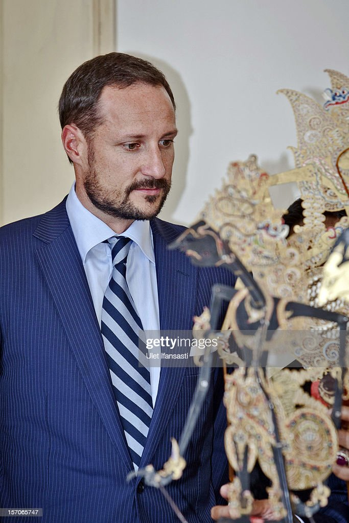 Crown Prince Haakon of Norway listens to Sri Sultan Hamengkubuwono X as he talks about the traditional Javanese puppet or Wayang during visit Yogyakarta Kraton Palace on November 28, 2012 in Yogyakarta, Indonesia. The four-day visit of the Royal Norwegian couple is intended to strengthen the relationship between the two countries, specifically in the areas of business and environment.