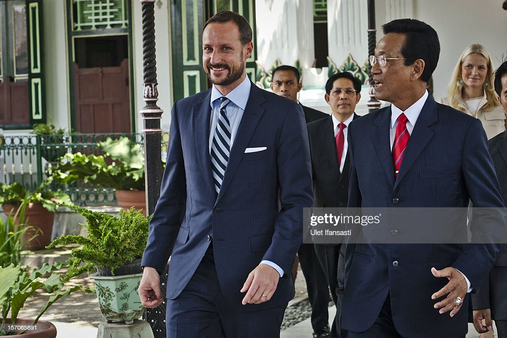 <a gi-track='captionPersonalityLinkClicked' href=/galleries/search?phrase=Crown+Prince+Haakon+of+Norway&family=editorial&specificpeople=158362 ng-click='$event.stopPropagation()'>Crown Prince Haakon of Norway</a> meets with Sri Sultan Hamengkubuwono X (R) during a visit at Yogyakarta Kraton Palace on November 28, 2012 in Yogyakarta, Indonesia. The four-day visit of the Royal Norwegian couple is intended to strengthen the relationship between the two countries, specifically in the areas of business and environment.