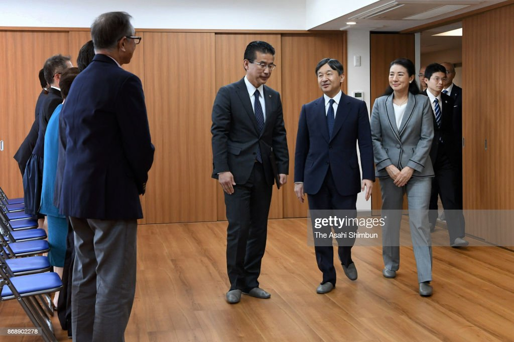 CASA IMPERIAL DE JAPÓN - Página 4 Crown-prince-naruhito-and-crown-princess-masako-meet-the-survivors-picture-id868902278