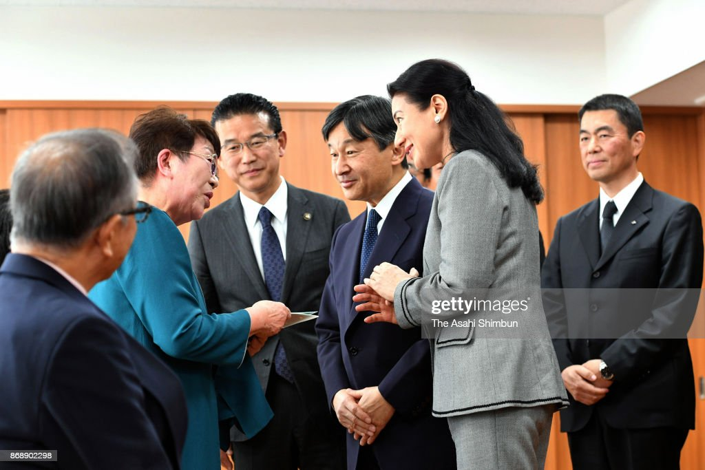 CASA IMPERIAL DE JAPÓN - Página 4 Crown-prince-naruhito-and-crown-princess-masako-meet-the-survivors-picture-id868902298