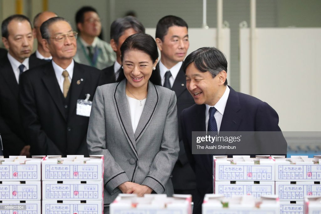 CASA IMPERIAL DE JAPÓN - Página 4 Crown-prince-naruhito-and-crown-princess-masako-visit-a-strawberry-picture-id868902304
