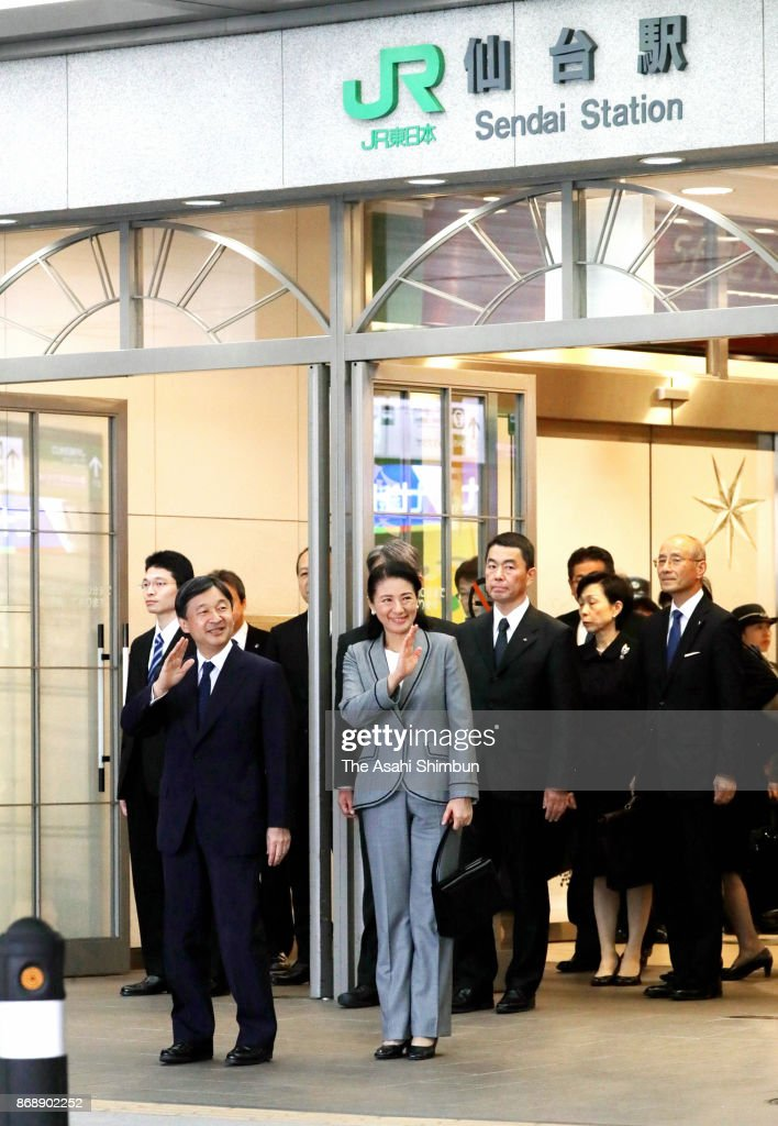 CASA IMPERIAL DE JAPÓN - Página 4 Crown-prince-naruhito-and-crown-princess-masako-wave-to-wellwishers-picture-id868902252