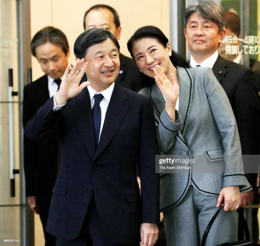 CASA IMPERIAL DE JAPÓN - Página 4 Crown-prince-naruhito-and-crown-princess-masako-wave-to-wellwishers-picture-id869297144