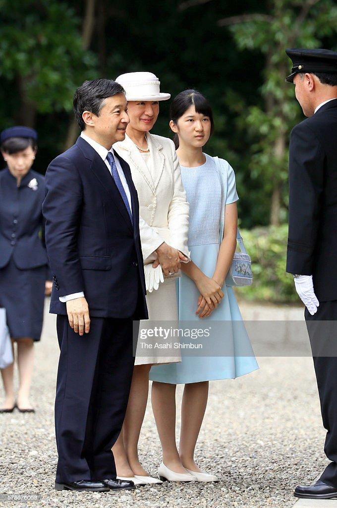 Crown Prince Naruhito Crown Princess Masako and their daughter Princess Aiko visit the the mausoleum of Emperor Jinmu on July 21 2016 in Kashihara...