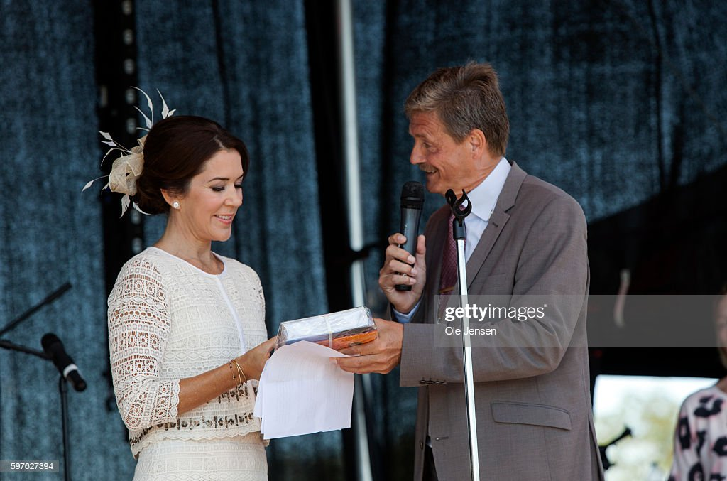 crown-princess-mary-at-the-stage-together-with-mayor-john-engelhardt-picture-id597627394