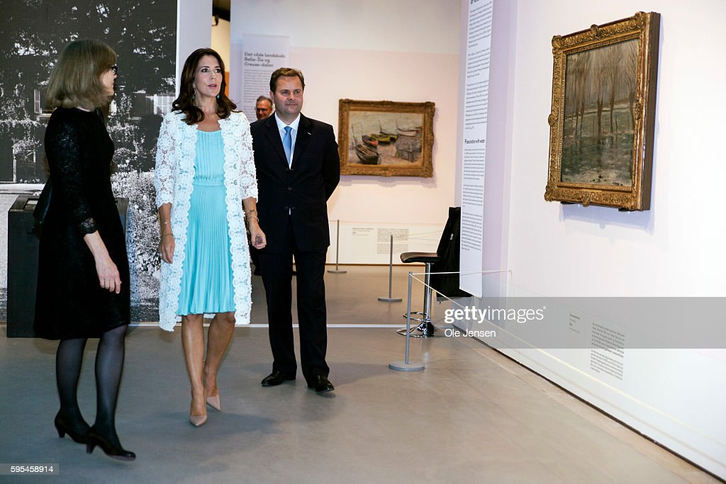 crown-princess-mary-attends-preview-of-french-painter-monet-at-in-picture-id595458914