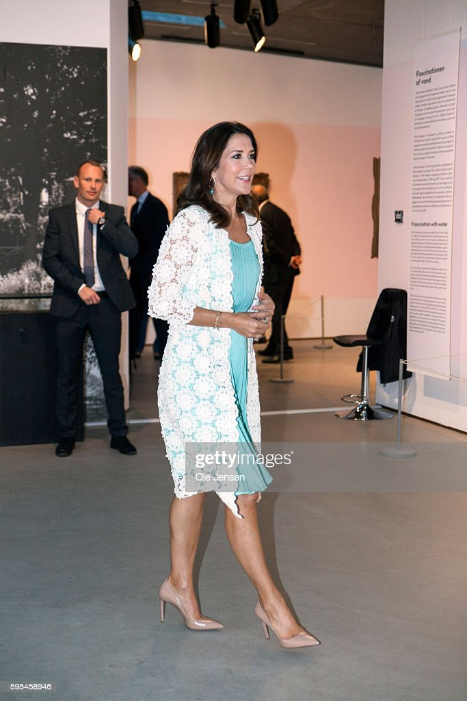 crown-princess-mary-attends-preview-of-french-painter-monet-at-in-picture-id595458946