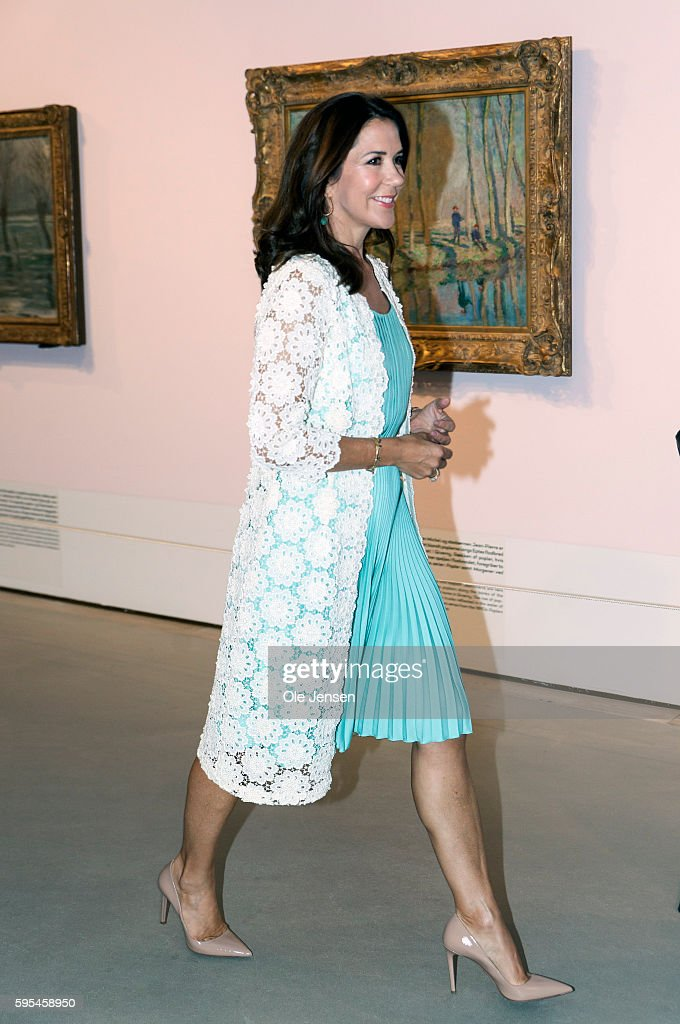 crown-princess-mary-attends-preview-of-french-painter-monet-at-in-picture-id595458950