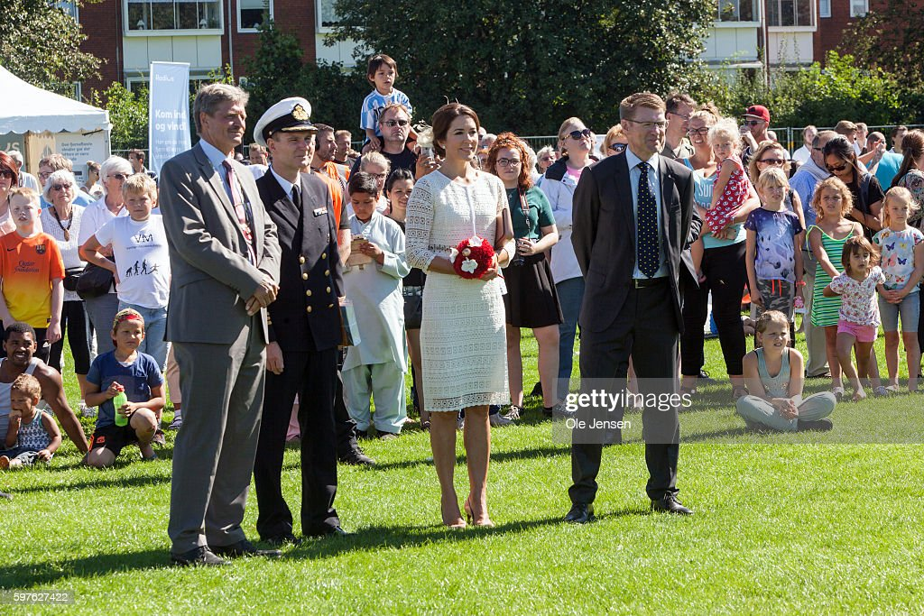 crown-princess-mary-during-her-visit-to-the-city-of-glostrups-850-picture-id597627422