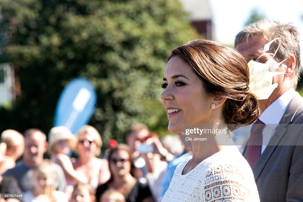 crown-princess-mary-during-her-visit-to-the-city-of-glostrups-850-picture-id597627446