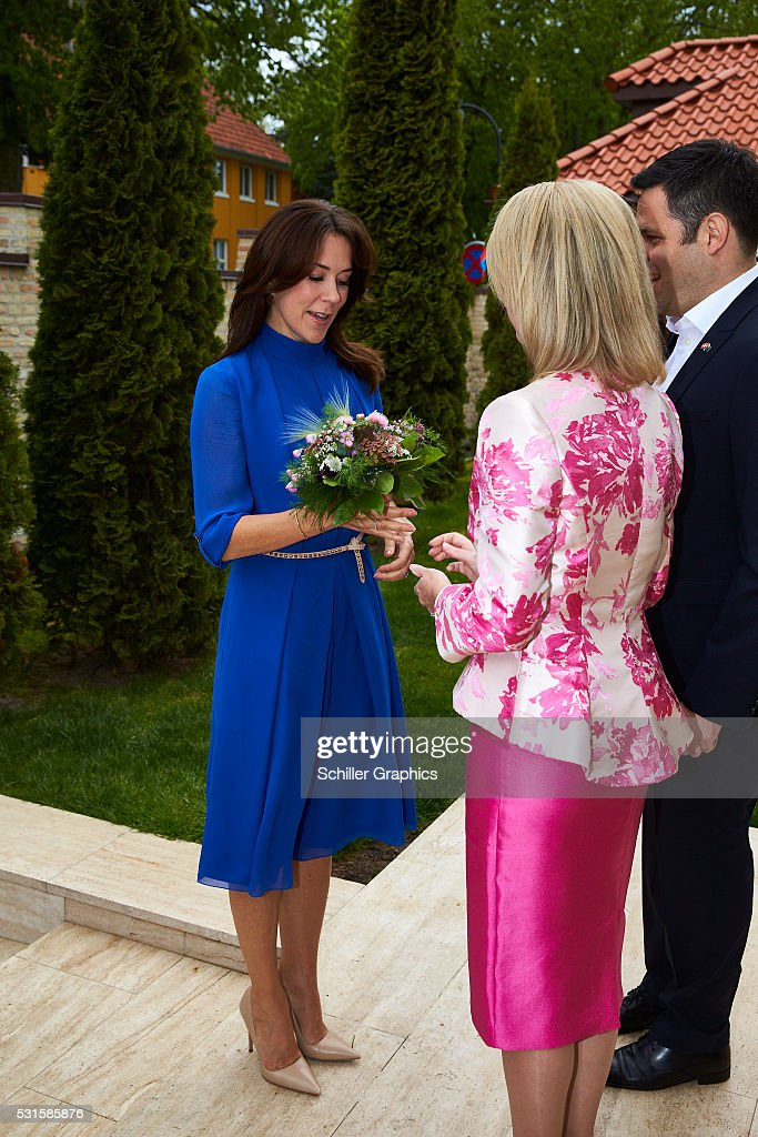 crown-princess-mary-of-denmark-damien-miller-and-natasha-stott-at-a-picture-id531585876