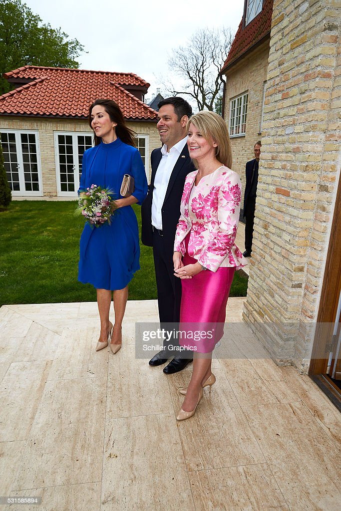 crown-princess-mary-of-denmark-damien-miller-and-natasha-stott-at-a-picture-id531585894