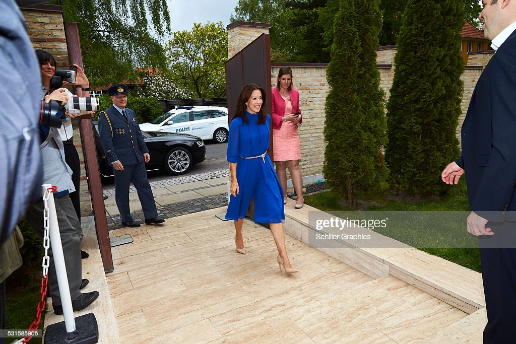 crown-princess-mary-of-denmark-damien-miller-and-natasha-stott-at-a-picture-id531585906