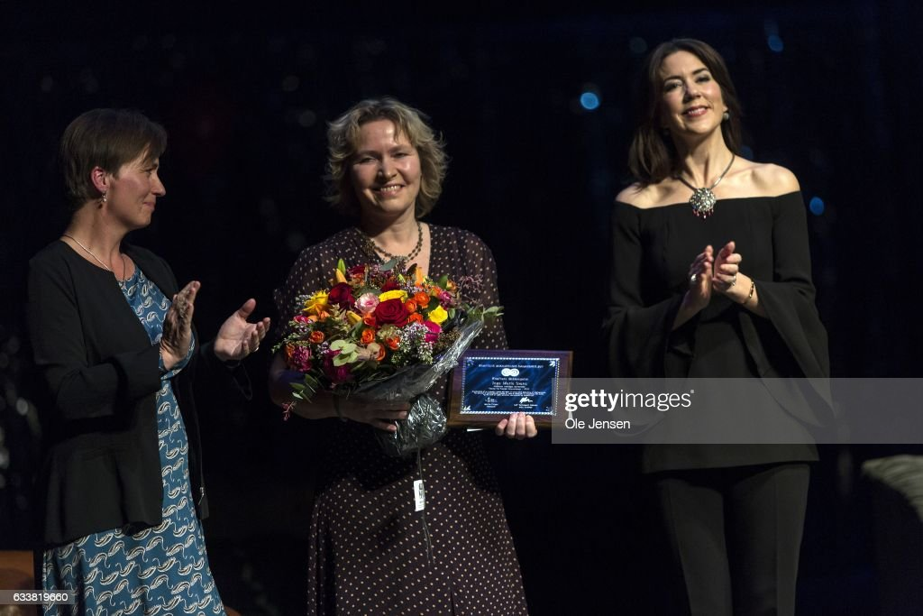 crown-princess-mary-of-denmark-presents-the-danish-cancer-societys-picture-id633819660