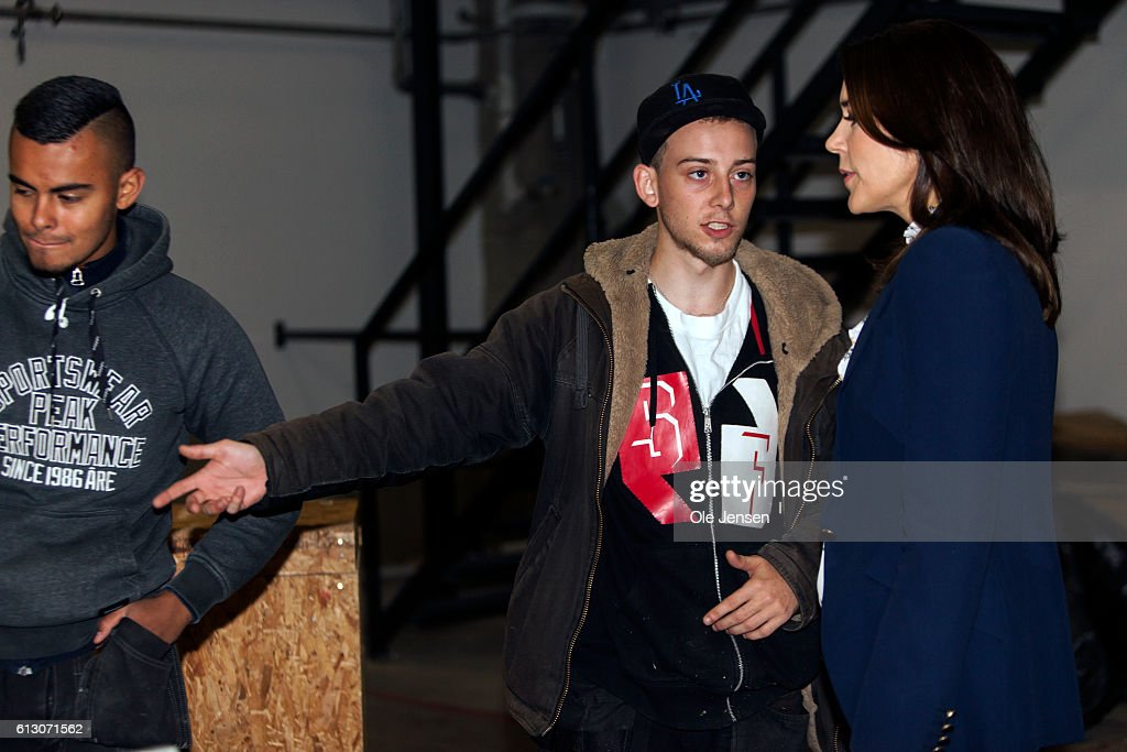 crown-princess-mary-talks-to-carpenter-apprenticies-during-her-visit-picture-id613071562
