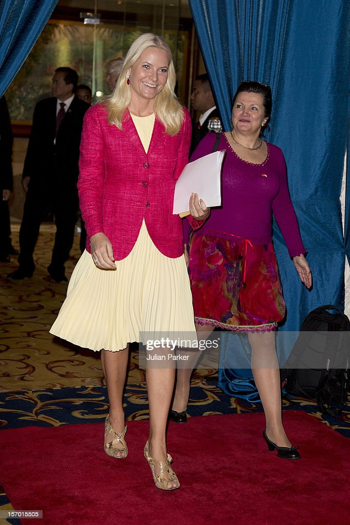 <a gi-track='captionPersonalityLinkClicked' href=/galleries/search?phrase=Crown+Princess+Mette-Marit&family=editorial&specificpeople=171288 ng-click='$event.stopPropagation()'>Crown Princess Mette-Marit</a> of Norway attends a Business Plenary session, Indonesia-Norway, Strategic partnership in Business, at The Shangri-La Hotel, Jakarta, during an official 3-day visit to Indonesia, on November 27, 2012 in Jakarta, Indonesia. The visit intends to strengthen and develop the existing relationship between the countries, especially in relation to the energy, maritime, trade and investment sectors.