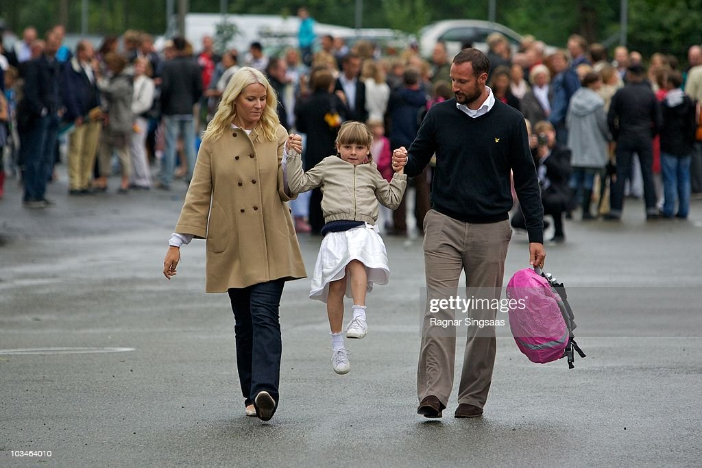 <a gi-track='captionPersonalityLinkClicked' href=/galleries/search?phrase=Crown+Princess+Mette-Marit&family=editorial&specificpeople=171288 ng-click='$event.stopPropagation()'>Crown Princess Mette-Marit</a> of Norway, <a gi-track='captionPersonalityLinkClicked' href=/galleries/search?phrase=Princess+Ingrid+Alexandra&family=editorial&specificpeople=243087 ng-click='$event.stopPropagation()'>Princess Ingrid Alexandra</a> of Norway and <a gi-track='captionPersonalityLinkClicked' href=/galleries/search?phrase=Crown+Prince+Haakon+of+Norway&family=editorial&specificpeople=158362 ng-click='$event.stopPropagation()'>Crown Prince Haakon of Norway</a> accompanies <a gi-track='captionPersonalityLinkClicked' href=/galleries/search?phrase=Princess+Ingrid+Alexandra&family=editorial&specificpeople=243087 ng-click='$event.stopPropagation()'>Princess Ingrid Alexandra</a> to her first day at school at Janslokka Skole on August 19, 2010 in Asker, Norway.